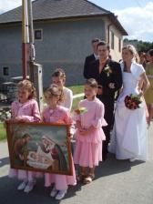 s družičkami a starším družbom na ceste do kostola