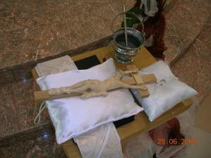 náš krížik a obrúčky