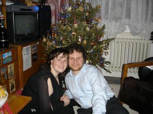 Pája a Ondra pod Vánočním stromečkem.