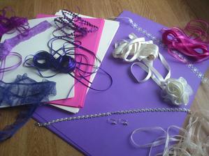 Papíry, stužky, naušničky ..... no bude to fuška :)