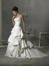 Tak, tyto krásné svatební šatičky teď prodávám, jestli máte zájem, tak se ozvěte :)