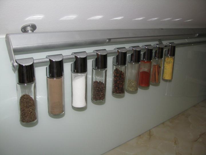 Naše koupelna a kuchyň - Moje praktické kořenky vždy při ruce.