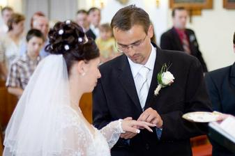 Manžel mi navléká prstýnek