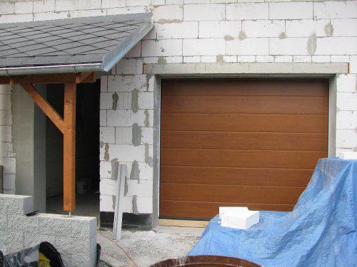 Naše podkroví + zahrada - Vchod a garážová vrata Hormann
