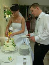 krájam tortičku, ktorá bola krásna a úžasne chutila