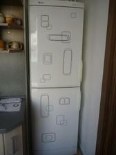 Lednice, zbytky z nálepek v obýváku.