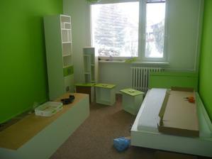 Vymalovaný pokojíček, montuje se nábytek