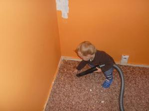 Malej pracant pomáhal s pokojíčkem