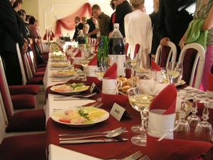 a stôl pripravený pre svadobných hostí. Dobrú chut !
