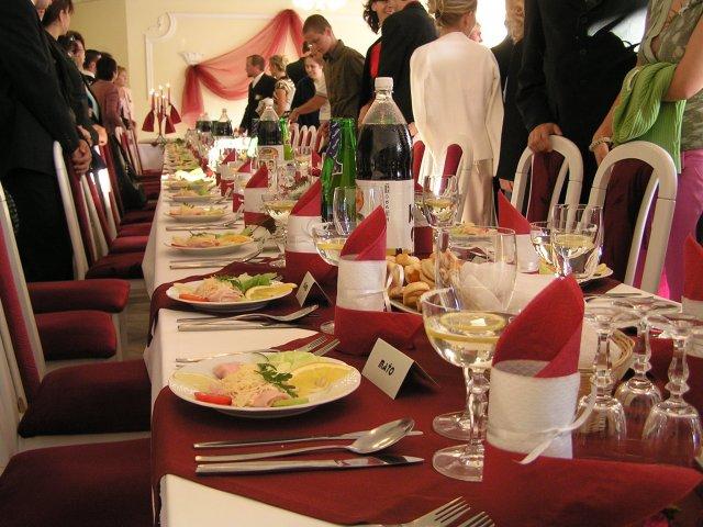 Naša príprava, nápady, inšpirácie.... - a stôl pripravený pre svadobných hostí. Dobrú chut !