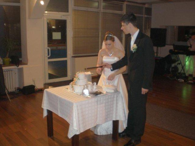 Erika{{_AND_}}Roman - krájanie svadobnej torty