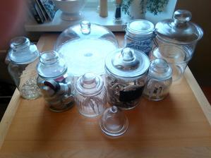 Tak jsem si dělala starosti kolik utratím za nádoby do sladkého baru aby trochu vypadal a dneska když jsem uklízela v kuchyni se našlo tolik pokladů :D