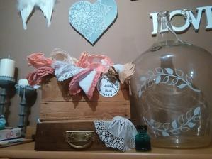 Bedýnkla s kapesníčky už komplet, šuplíček se vystele mechem a dají se do něj vývazky a lahev asi jen tak na dekoraci