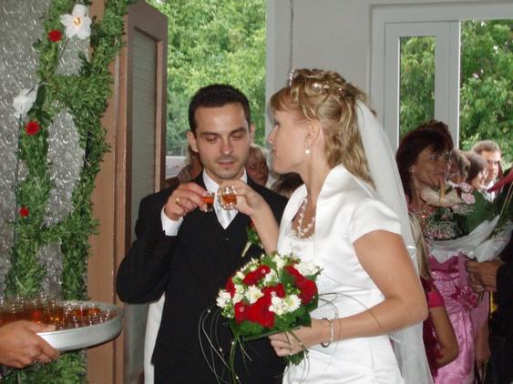Natália Novanská{{_AND_}}Matúš Cáder - prvý pohárik pri vstupe do sály