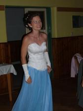 na večer jsem měla půjčenou modrou sukni