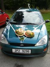 A v takhle ozdobeném autíčku jsme odjízděli po svatbě. (ten druhý klobouk měl na autě manžel)