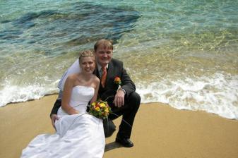 Nemohla jsem odolat. Takhle si hraje můj drahý choť. Opravdu si myslíte, že jsme měli svatbu u moře? :-)