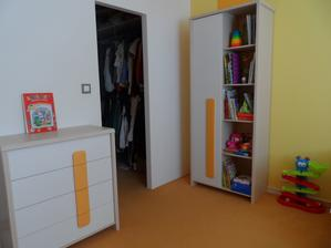 nábytok sme vyberali so zvýšeným otvoreným dnom kvôli podlahovému vykurovaniu, šatník bude zvnútra uzavretý posuvnými dverami