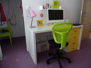 Zásuvkový modul od iného výrobcu k jednoduchému stolu z Kiky. Šatník bude mať ešte zasúvacie dvere. Ružová lampa sa mi trochu nehodí do fialovej izby, ale nebola v inej farbe.