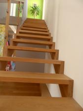 Aj keď sú schody jednoduché, dlho sme ich vymýšľali. Stupne sú vložené, nie položené - tak sme to veľmi chceli. Materiál - dub masív. Schodov je až-až, ale stupne majú príjemnú výšku, tak ich vybehneme raz-dva.
