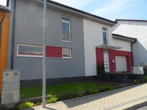 dom je celý podpivničený v dĺžke 15 m, je stavaný vo svahu, z opačnej - južnej strany má suterén riadne dvere aj okná
