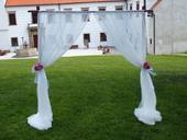 Brana na svatebni obrad se zavesy,