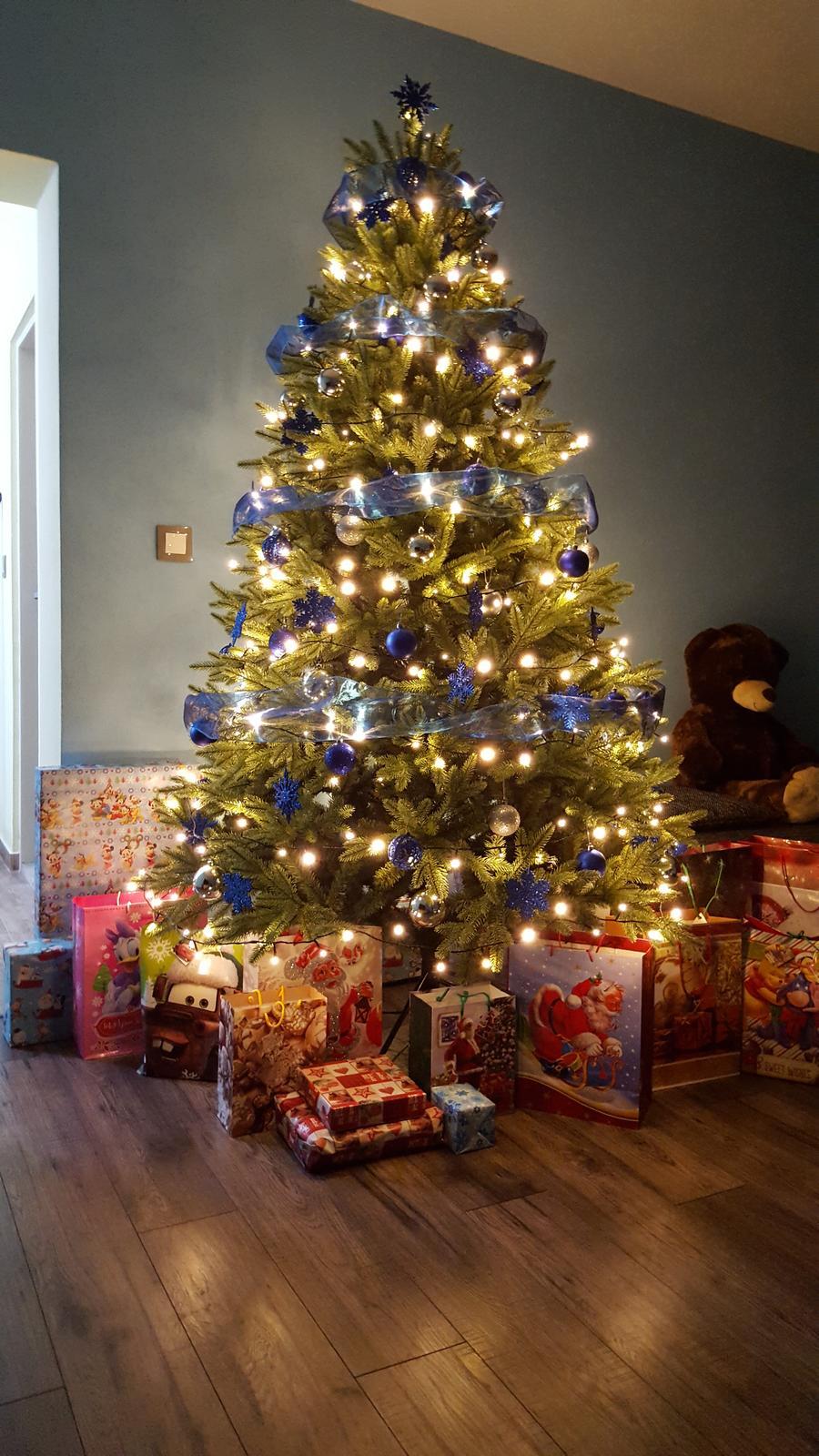 Veselé Vianoce všetkým❄🎄💏💖☃ Aký bol Váš večer? Nám sa vydaril pekný. Pred večerou nám začalo snežiť, takže prvý darček bol skôr. Zbožňujem❄❄❄❄. Pod stromčekom sme si našli darčeky ktoré nás príjemne prekvapili a potešili no jednoducho zážitok na ktorý nezabudneš som vďačná že ho mám. Nezabudnuteľné Vianoce - Obrázok č. 1