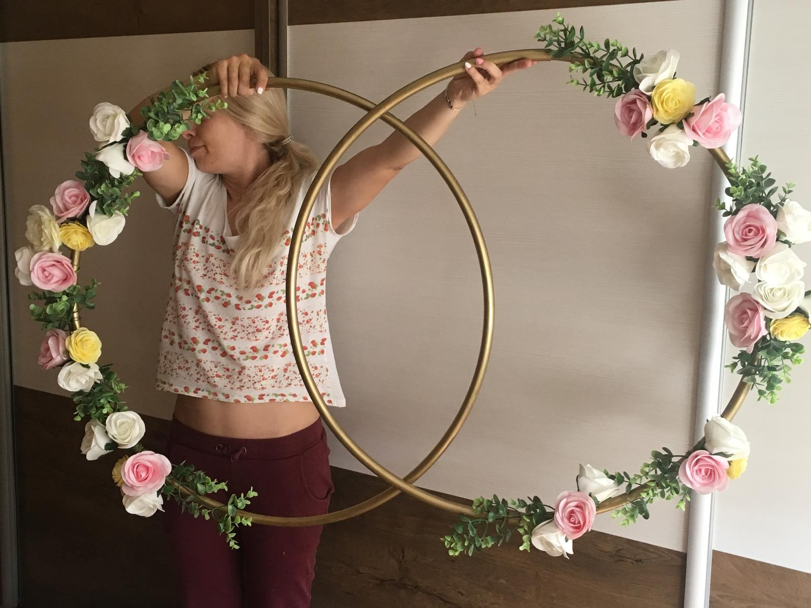 Bride to be :) - Kruhy budú za nami na svetelnej stene, v kruhoch budú ešte naše iniciály :)