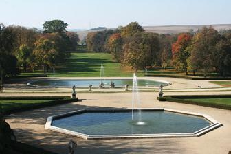 Pohled ze zámku do zahrady. Na focení to bude super prostředí :-)