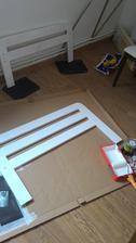 Už sa na tom pracuje.. biela matná akrylová farba a penový valček