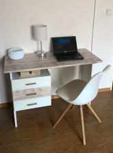 Ani nevidno, že má stôl vyše 30 rokov.. moje obývačkové pracovisko..