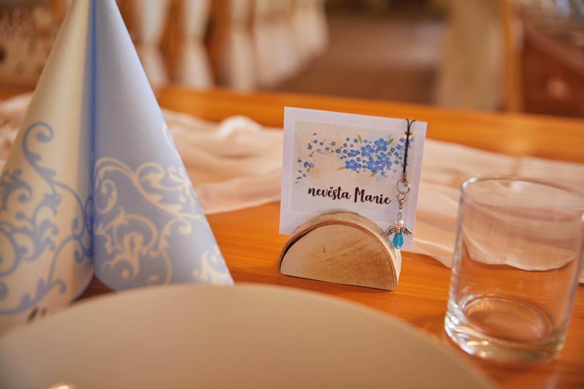 Svatba 6.6.2020 - Jmenovky odtud z bazárku, laminovačka a už to jelo! Andílky si mohli svatebčané odnést jako dáreček.