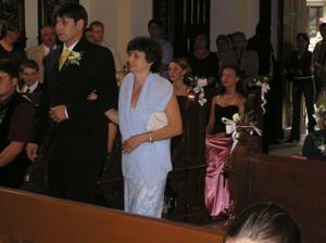 Mária vedie maminka k oltáru