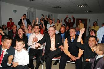 Podaktori svadobcania sa bavili na nasej svadbe aj takto...pri pozerani hokeja. Vdaka vyhre Slovenska nad Ceskom sa mohla roztocit ta skutocna zabava aj na parkete :)