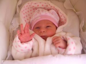 Zdravim vsetkych! Tak som tu! Narodila som sa 18.3.2008 o 15:10 s mierami modelky 3060 g a 47 cm.Velmi mi chuti papat, tak priberam ako sa patri a robim radost vsetkym, ktori ma lubia!...A volam sa Natalka :)
