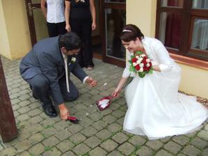 ženich se při zametání talíře zranil :-))