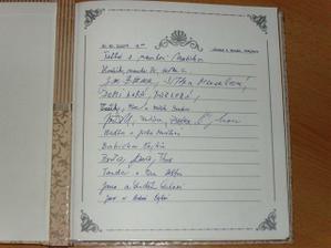 nechali jsme všechny hosty, aby se nám do alba podepsali