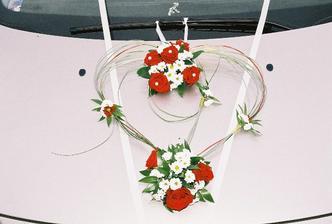 ozdoba na autě nevěsty
