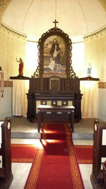 Kostel - od minule přibyl koberec