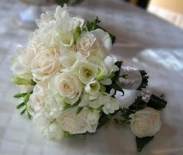 Taková kombinace kytiček- růže a frézie