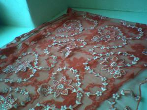 tenhle šátek si dám na sukni, abych tam přece jen trochu té červené měla