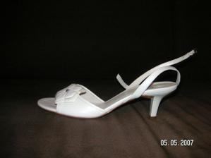 """Moje svadobné sandálky..dnes po asi 4 hod. nákupného """"ošialu"""" s mojou láskou sme ich konecne objavili.. Konecne :-))"""