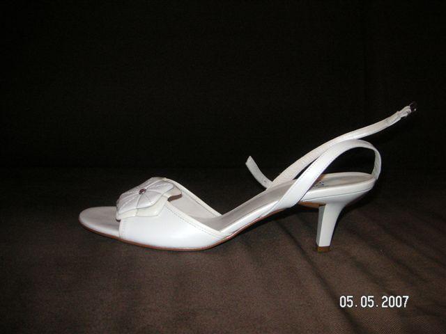 """Janka a Karol  30.6.2007 - Moje svadobné sandálky..dnes po asi 4 hod. nákupného """"ošialu"""" s mojou láskou sme ich konecne objavili.. Konecne :-))"""