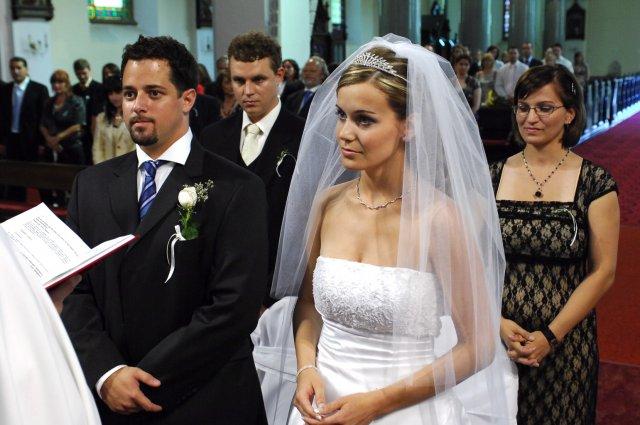 Janka{{_AND_}}Karol - ...v kostole počas obradu aj s našimi svedkami... Za mnou sa uškŕňa moja tehotná sestrička :o)