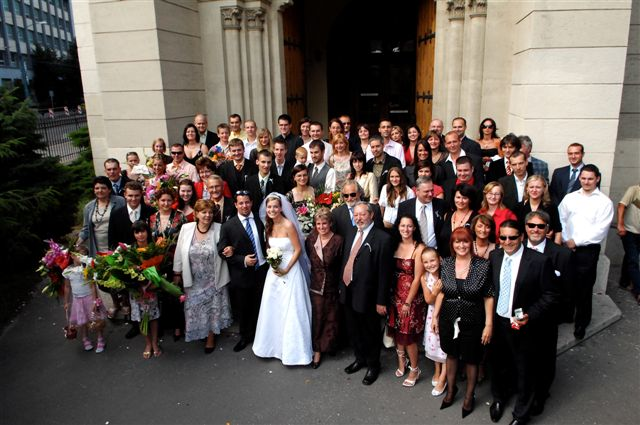 Janka{{_AND_}}Karol - spoločné foto pred kostolom Blumentál