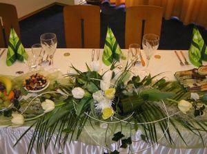 ikebana na hlavnom stole, vidno aj nase pohariky