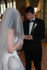 Nejdřív si vzal svůj prstýnek a mojí pravou ruku... na podruhé už to zvládl :-))))