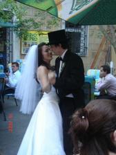 Náš první tanec, málem sundaval prstýnek - dodržela jsem slib a nechala zahrát píseň o tulipánech z padesátých :-)) je pekelně rychlá :-))