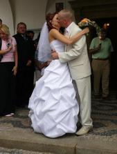 novomanželský polibek ale už ne první :-)