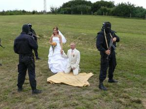 před kolegy s práce se plnil manželský slib (manžel asi nebude fotbalista že...)